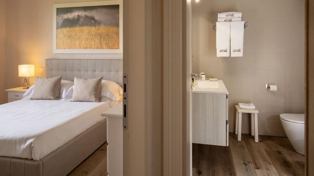 Hotel-Residence-Valle-del-Buttero-Capalbio-Camere-2021-Superior-Collina-soggiorno-e-bagno-1