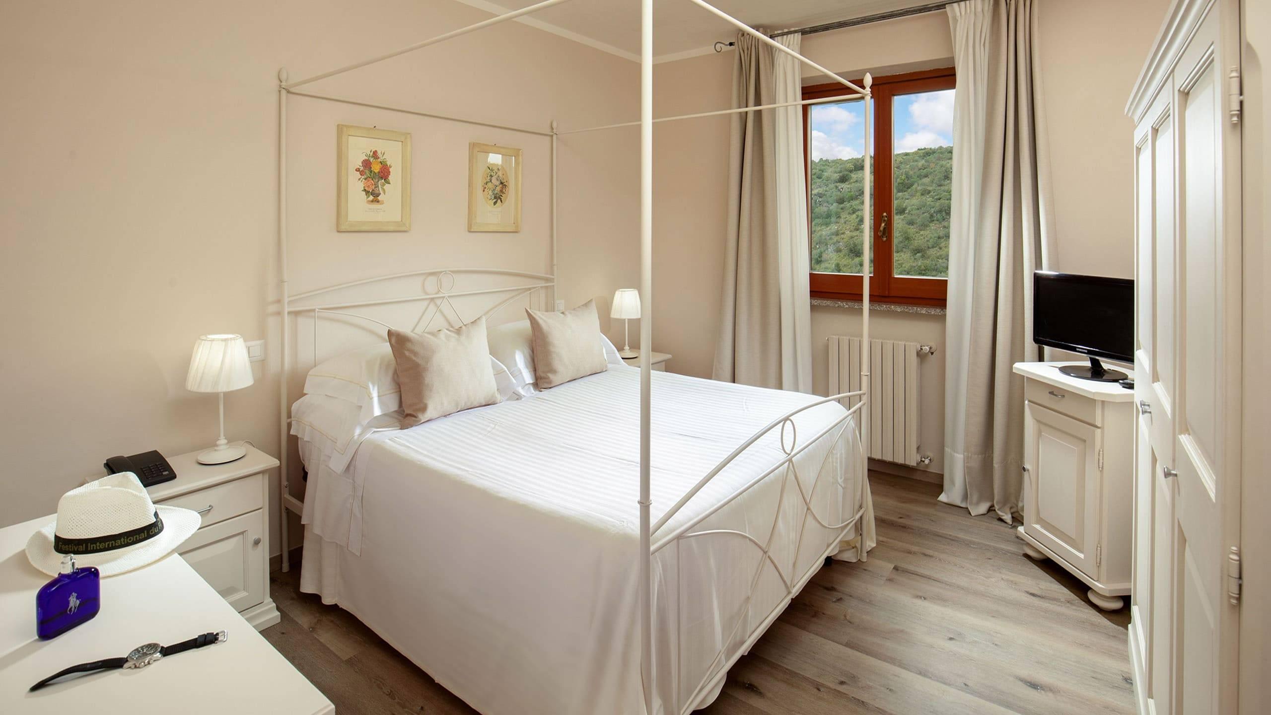 Hotel-Residence-Valle-del-Buttero-Capalbio-Camere-2021-Superior-Collina-letto-3